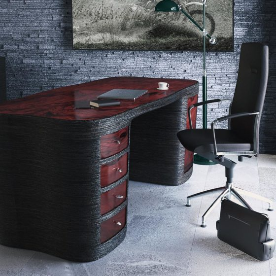 Red Trunk biurko w pokoju